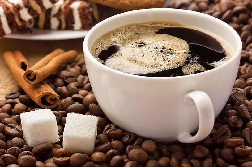 Dobroczynne właściwości kawy zależą od jej rodzaju i sposobu parzenia. Najlepszy gatunek kawy to arabica. Zawiera dwa razy mniej kofeiny niż robusta, dlatego jest łagodniejsza i korzystniejsza dla zdrowia /123RF/PICSEL