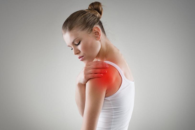 Dobry masaż złagodzi ból oraz zmniejszy sztywność i napięcie mięśni. Możemy korzystać z masaży u fizjoterapeuty czy masażysty. Prosty masaż bolącego stawu możemy też wykonać samodzielnie lub przy pomocy drugiej osoby /©123RF/PICSEL
