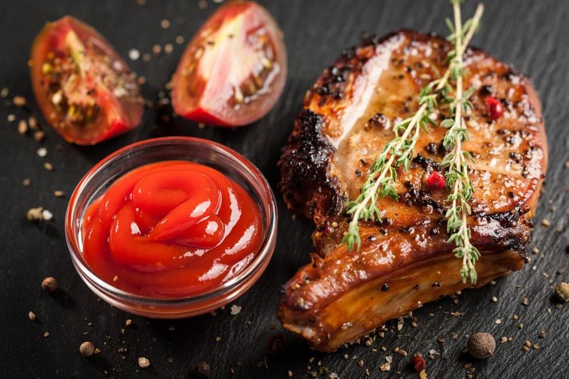 Dobrym pomysłem jest zamarynowanie mięsa w ciemnym piwie, które zniweluje wpływ szkodliwych substancji powstających w trakcie grillowania z użyciem węgla /123RF/PICSEL