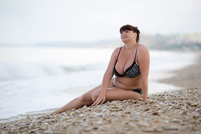 Dobrze dobrane bikini wygląda świetnie również na paniach w rozmiarze XL /©123RF/PICSEL