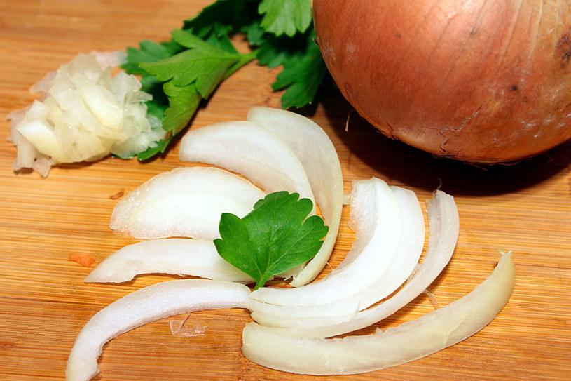 Dobrze przygotowana cebula to w wielu przypadkach podstawa dobrego dania /©123RF/PICSEL