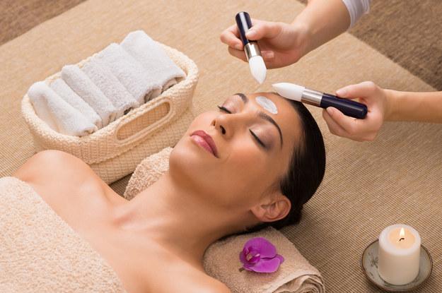 Doceniają je producenci nowoczesnych kosmetyków dla dojrzałych kobiet. /123/RF PICSEL