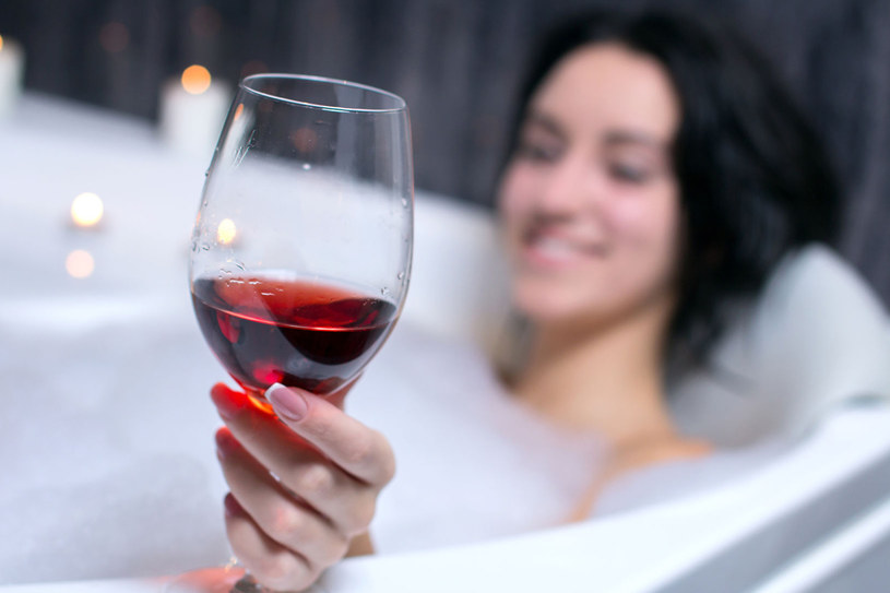 Dodaj do kąpieli kilka kropel wina. Twoja skóra będzie bardziej jędrna i lepiej ukrwiona /©123RF/PICSEL