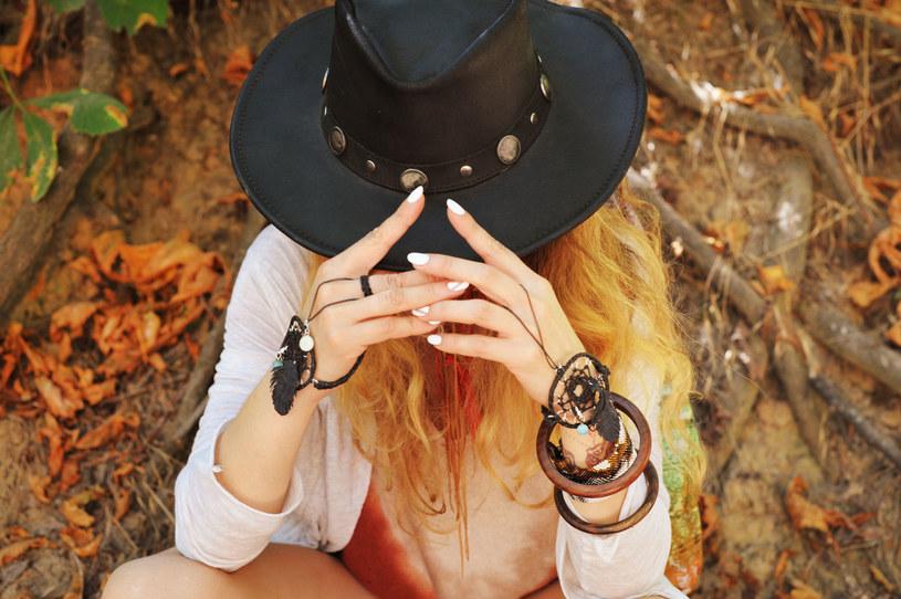 Dodatki w stylu boho idealne sprawdzą się jesienią /©123RF/PICSEL