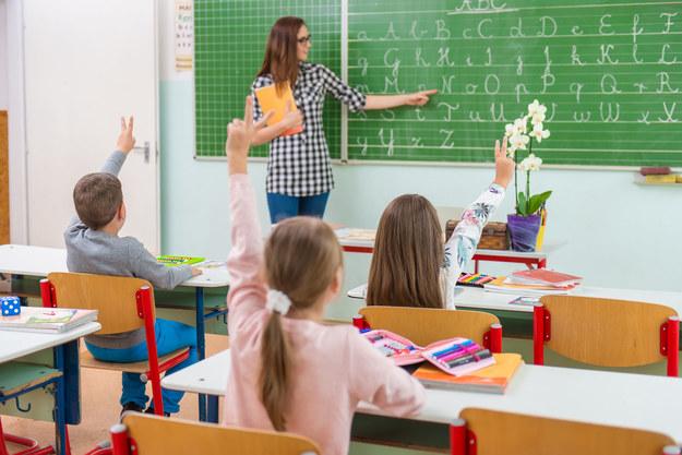 Dodatkowe świadczenie ma zmotywować nauczycieli z najwyższym stopniem awansu zawodowego do większego zaangażowania /123RF/PICSEL