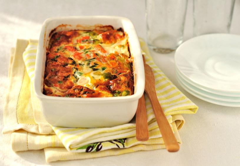 Dodatkowo danie możesz posypać żółtym serem /123RF/PICSEL