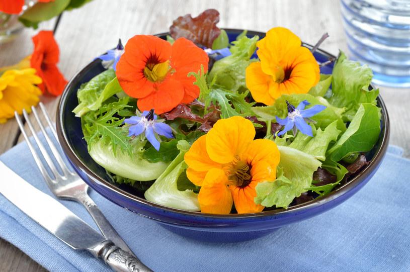 Dodawanie jadalnych kwiatów do potraw i przygotowywanie z nich napojów, może być jednym z ciekawszych kulinarnych trendów /123RF/PICSEL