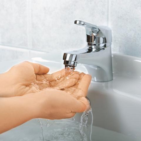 Dokładne mycie rąk w ciepłej wodzie z mydłem pozwala usunąć  98 proc. wirusów ze skóry dłoni. /Arch/123RF Picsel