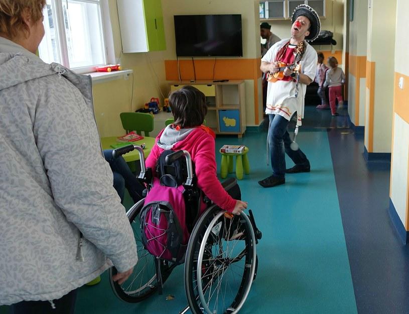 Doktor Sanchez śpiewa specjalnie dla jednej z małych pacjentek /Jolanta Kamińska /INTERIA.PL