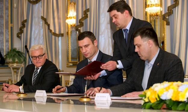 """Dokument """"Porozumienie na rzecz uregulowania kryzysu na Ukrainie"""" został podpisany. /TIM BRAKEMEIER /PAP/EPA"""