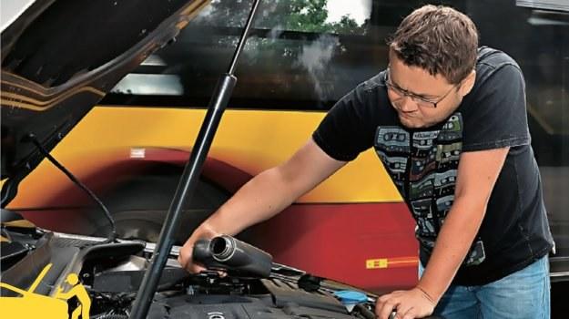Dolewanie oleju przy gorącym silniku może doprowadzić do pęknięcia głowicy. /Motor