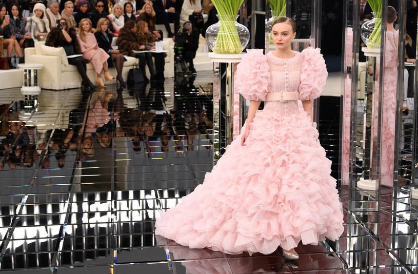 Dom mody Chanel także na finał swego pokazu zaprezentował różową suknię ślubną, w którą ubrana była Lily-Rose Depp /David Fisher/REX Shutterstock /East News