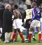 Domenech (pierwszy z lewej) obwiniał stan murawy, Henry (pierwszy z prawej) chwalił Dudka /AFP