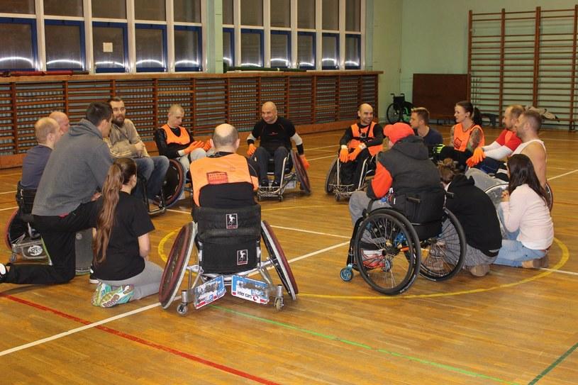 Dominik Wietrak (czarna koszulka, na drugim planie) wraz z zawodnikami Four Kings podczas odprawy na treningu /Łukasz Piątek /INTERIA.PL