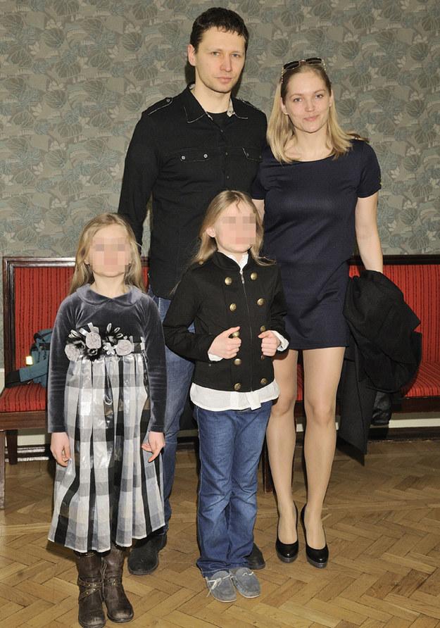 Dominika Figurska i Michał Chorosiński z córkami /Jarosław Antoniak /MWMedia