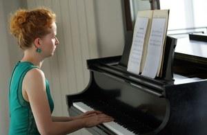 Dominika Kluźniak jest aktorką utalentowaną muzycznie, a swoje umiejętności czasem prezentuje też w serialu /Marta Gostkiewicz /MTL Maxfilm