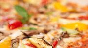 Domowa pizza z cukinią i ziołami