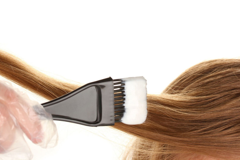 Domowe farbowanie włosów nastręcza nam sporo kłopotów /123RF/PICSEL