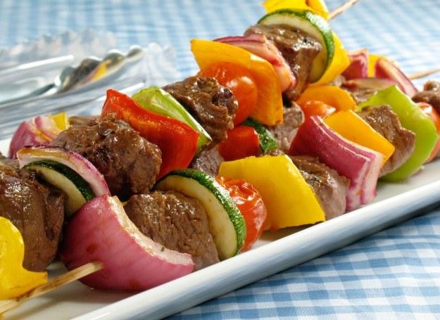 Domowe kebaby w formie szaszłyków /©123RF/PICSEL