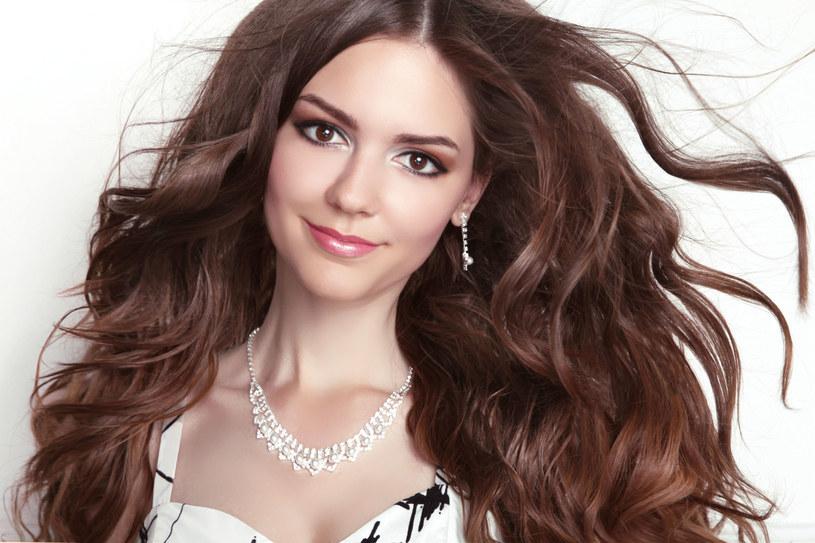 Domowe sposoby na utrwalenie fryzury są równie skuteczne jak lakier z drogerii /123RF/PICSEL
