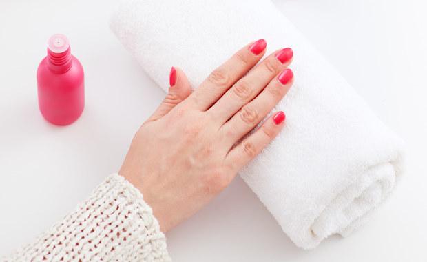 Domowy sposób na paznokcie hybrydowe? Lampa UV!