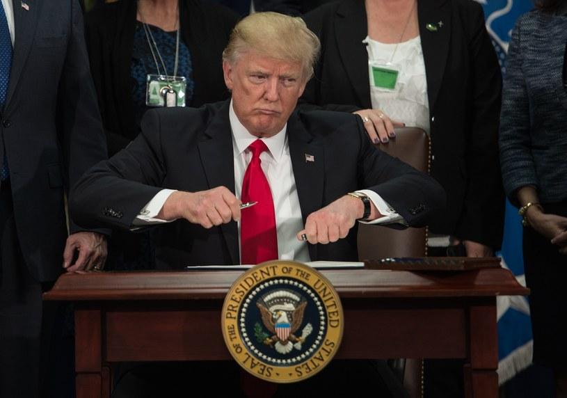 Donald Trump podpisuje kolejne dekrety /AFP