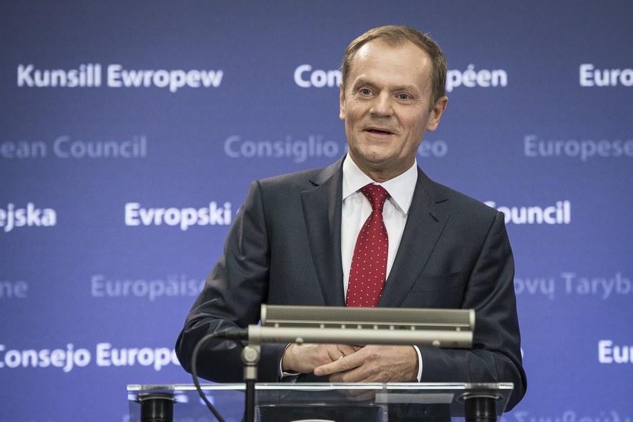 Donald Tusk nie chce powiązania wypłat z budżetu Unii Europejskiej z kwestią praworządności /Wiktor Dąbkowski   /PAP