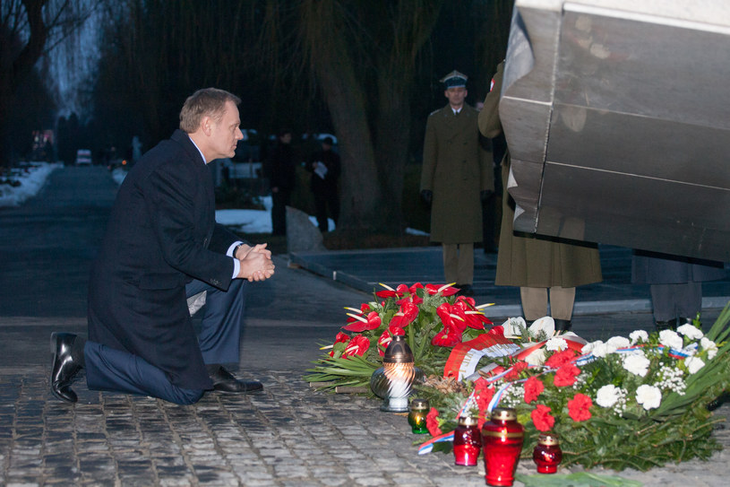 Donald Tusk pod Pomnikiem Ofiar Katastrofy Smoleńskiej /Krystian Maj /Agencja FORUM