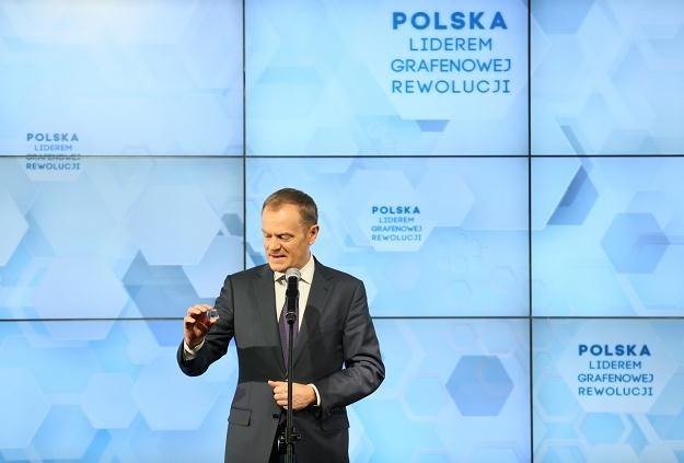 Donald Tusk podczas uroczystego rozpoczęcia produkcji grafenu /PAP