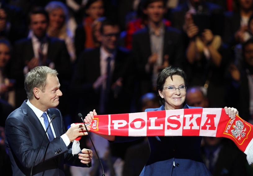 """Donald Tusk przekazuje Ewie Kopacz szalik - wyborczy """"talizman"""" PO; listopad 2014 r. /STANISLAW KOWALCZUK /East News"""