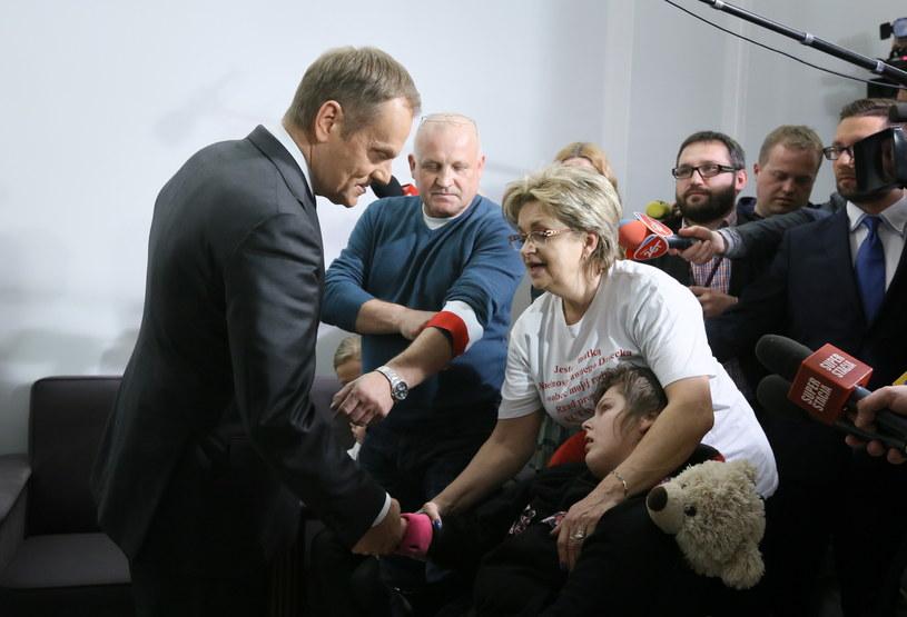 Donald Tusk spotkał się z protestującymi w Sejmie rodzicami i opiekunami niepełnosprawnych dzieci /Paweł Supernak /PAP