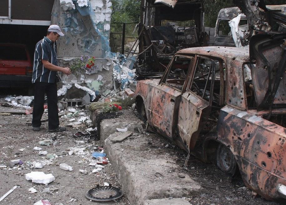 Donieck. Zniszczenia po bombardowaniu, w którym zginęło osiem osób /PHOTOMIG /PAP/EPA