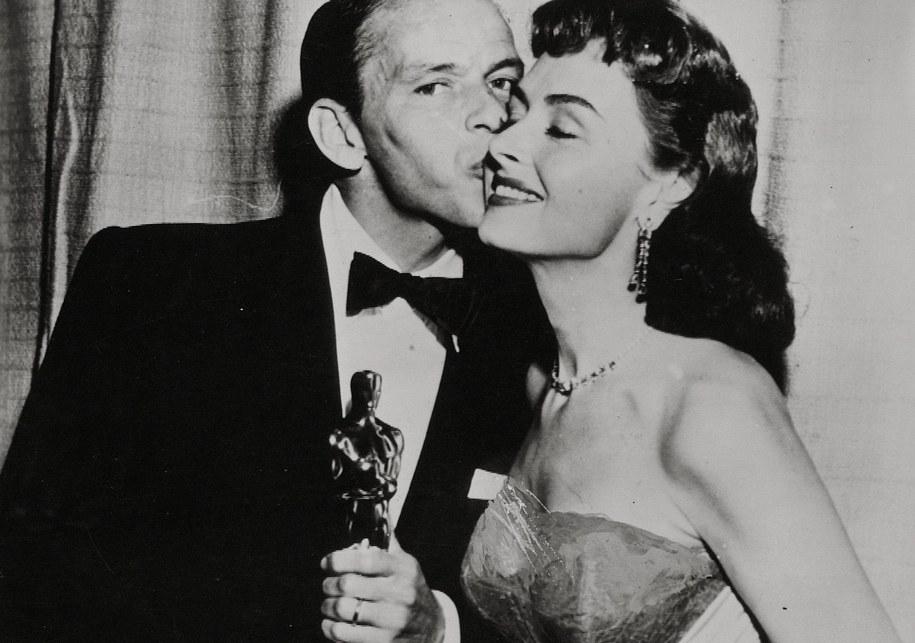 """Donna Reed i Frank Sinatra nagrodzeni Oscarami za role w filmie """"Stąd do wieczności"""" /PHOTOSHOT/The Movie Company /PAP"""