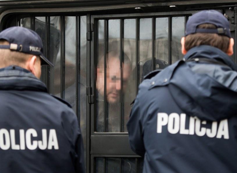 Doprowadzenie 34-letniego motorniczego, sprawcy śmiertelnego wypadku, na przesłuchanie w prokuraturze w Łodzi /Grzegorz Michałowski /PAP