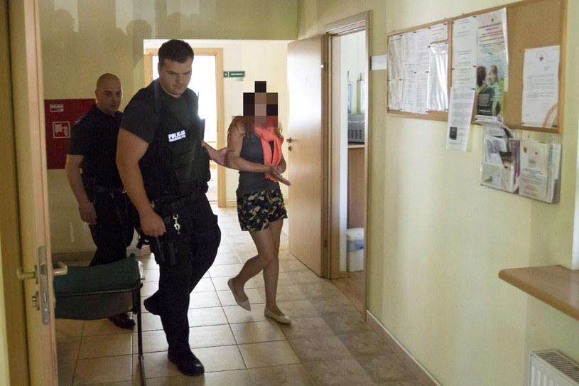 Doprowadzenie do Prokuratury Rejonowej w Głogowie kobiety, która usiłowała zabić swoją 4-letnią córkę, podtapiając ją i podcinając jej gardło /PAP
