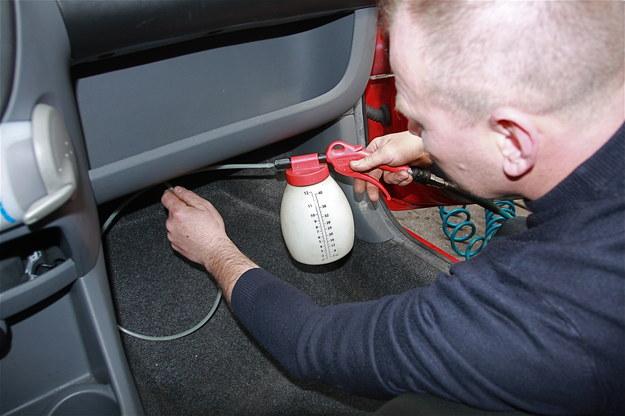 Doprowadzenie odpowiednich środków chemicznych bezpośrednio na parownik powinno usunąć nieprzyjemny zapach. /Motor