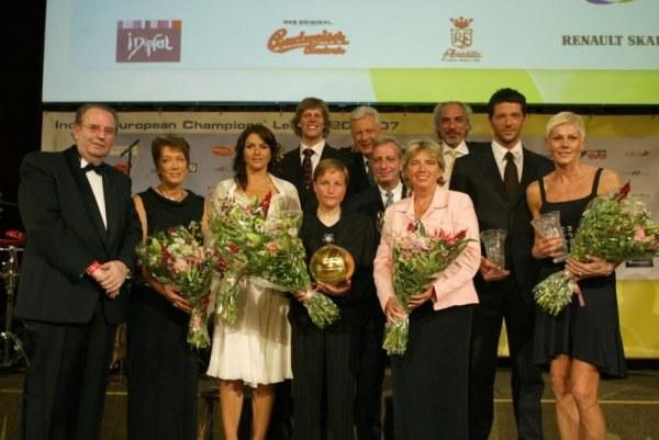 Dorota Świeniewicz (pierwsza z prawej) odebrała w Wiedniu nagrodę dla najlepszej siatkarki Europy /www.cev.lu