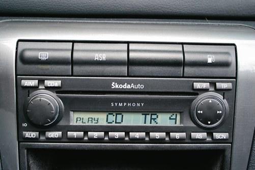 Dość nietypowe miejsce na przycisk zwalniający pokrywę wlewu paliwa – na środku deski rozdzielczej, nad radiem – jest w Skodzie Octavii I. /Motor