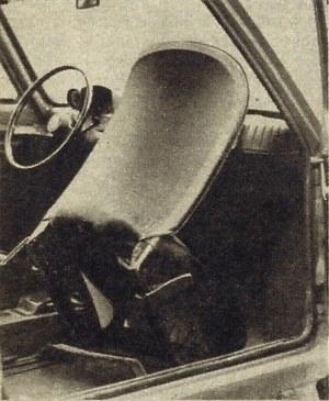 Dostęp do tylnego siedzenia samochodu jest możliwy po uniesieniu przedniego fotela; u dołu widoczny jest zatrzask blokady fotela, trudno dostępny z miejsca kierowcy. (kliknij, żeby powiększyć) /Motor