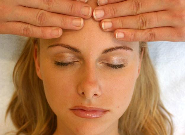 Dotykanie głowy może wyzwalać ASMR /© Bauer