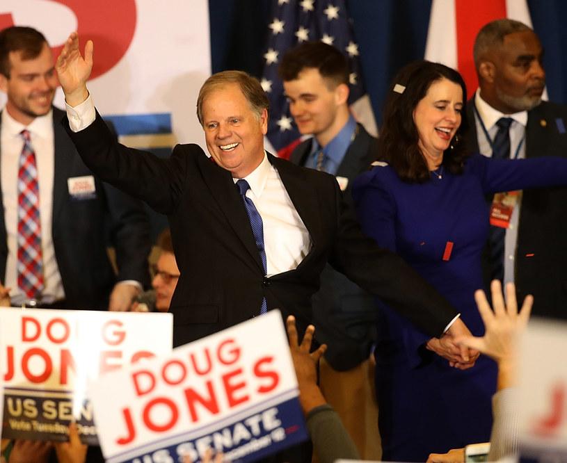 Doug Jones świętuje zwycięstwo w wyborach /AFP