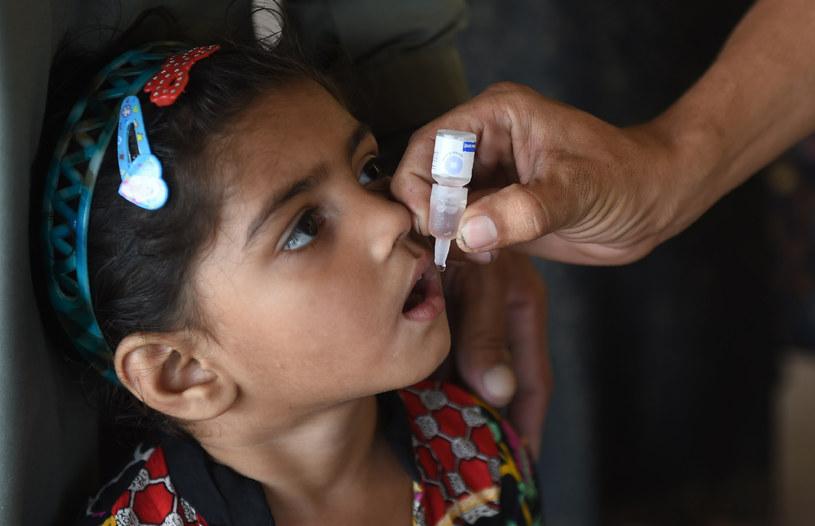 Doustne szczepionki przeciwko polio pozwolą całkowicie wyeliminować wirusa /AFP