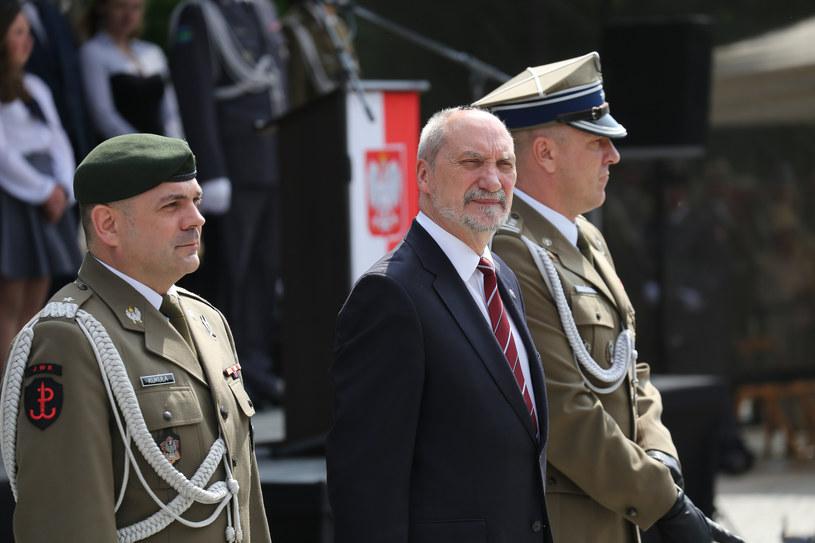Dowódca WOT, gen. Kukuła (z lewej) i minister ON, Macierewicz (w środku) na przysiędze oddziałów WOT /East News