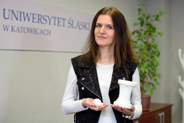 Dr Małgorzata Janik z Instytutu Informatyki prezentuje monitor oddechu (fot. UŚ) /&nbsp