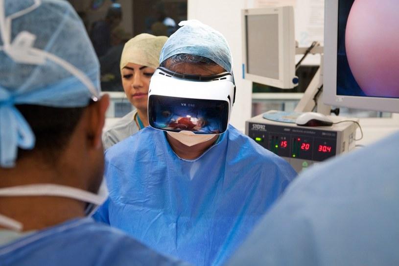 Dr Shafi Ahmed przeprowadził pierwszą na świecie transmisję operacji chirurgicznej za pomocą zestawu VR /materiały prasowe