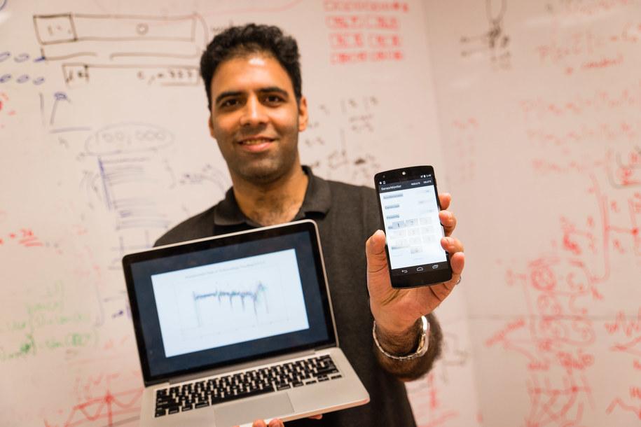 Dr Shivam Bhasin z laptopem, którego oprogramowanie umożliwia złamanie zapezpieczenia smartfona /NTU Singapore /Materiały prasowe