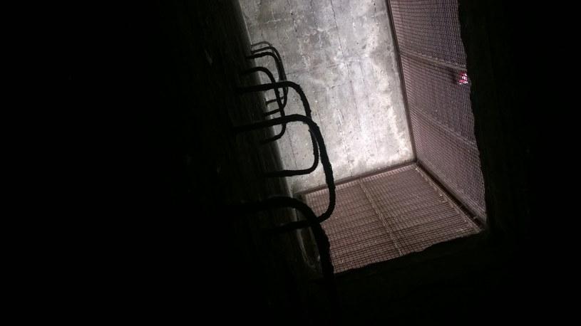 Drabinka do wyjścia ewakuacyjnego. Z zewnątrz dochodzą promienie słoneczne... /M. Ostasz /INTERIA.PL