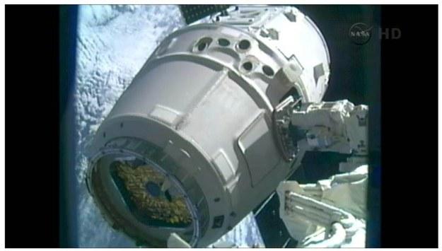 Dragon pochwycony przez ramię Canadarm2.   Fot. NASA TV /materiały prasowe