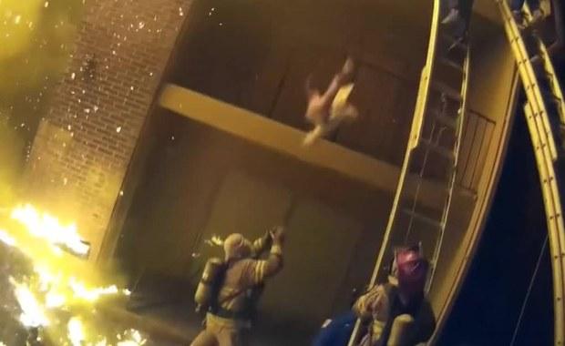 Dramatyczne nagranie. Zrzuciła dziecko z 2. piętra, złapał je strażak