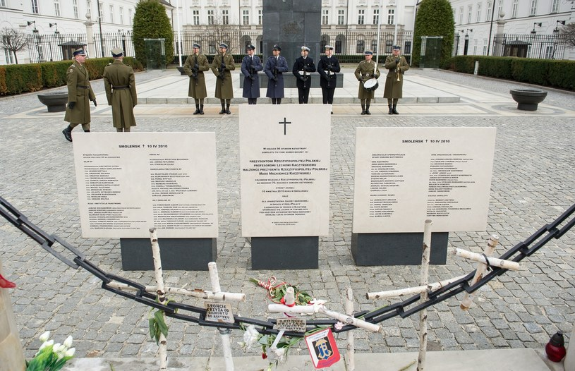 Drewniane krzyże ustawione przed pałacem prezydenckim podczas jednej z miesięcznic katastrofy. /Bartosz Krupa /East News